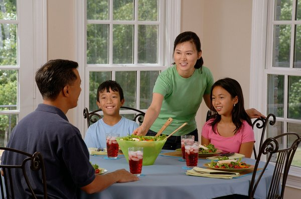 Eating family dinner together benefits