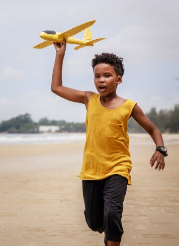 This summer, ditch the electronics and send kids outside to play the REAL way! Read on for benefits + fun activities that you can do even on a tight budget!